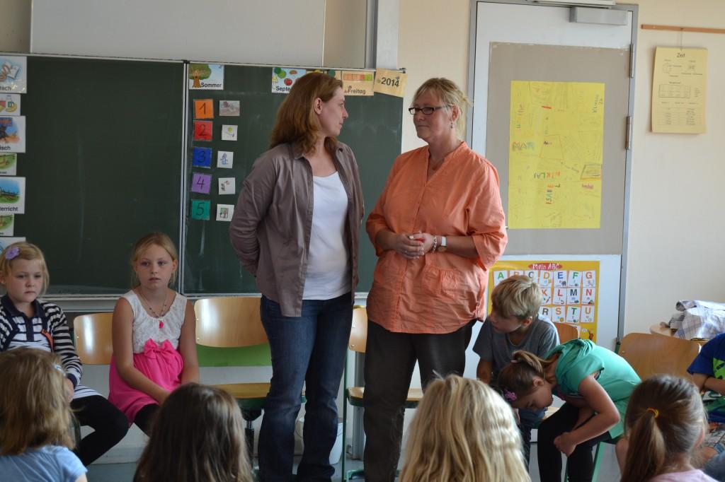 Lehrerin Gaby Schmidt (links) und Erzieherin Trixi Rogalski arbeiten gemeinsam mit den Schülern der Grundschule Traberweg (Fotograf: Christian Böhme)
